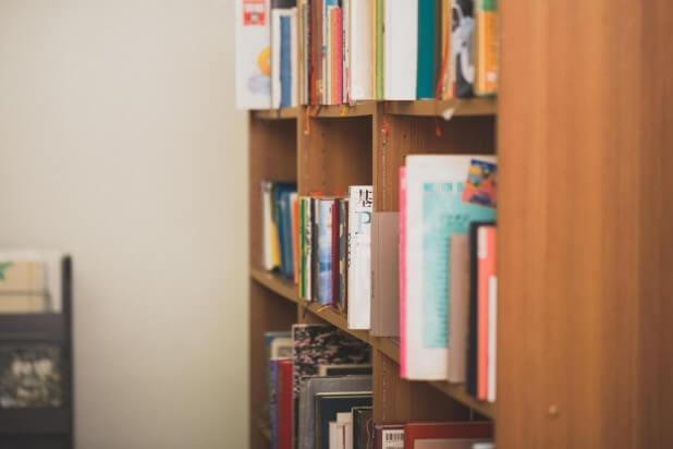 乱雑に置かれた図書館の本棚