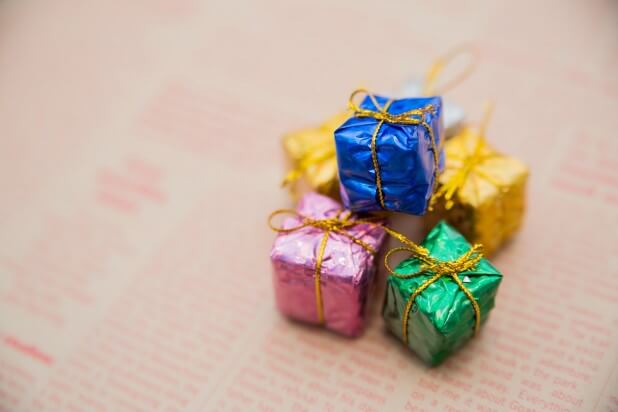 英文の紙とプレゼントボックス