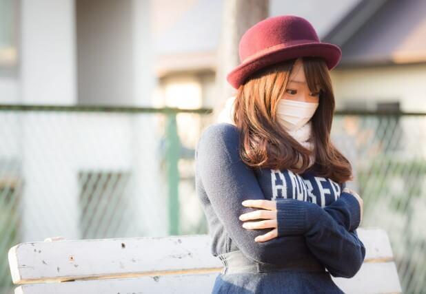 日が落ちてきて寒くなってきたマスク姿の彼女