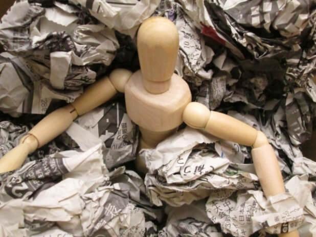 ゴミに埋もれるデッサン人形