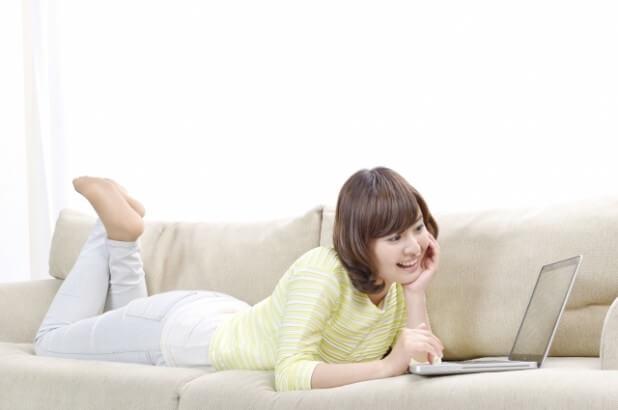 パソコンを操作する女性8