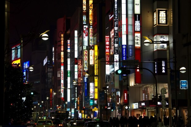 新宿の夜の繁華街