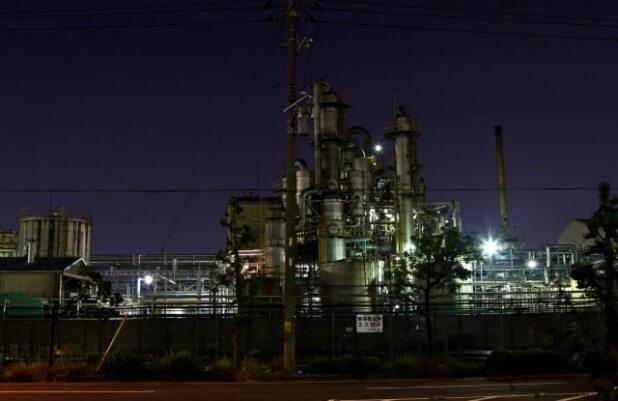関係者立入禁止の工場(夜景)