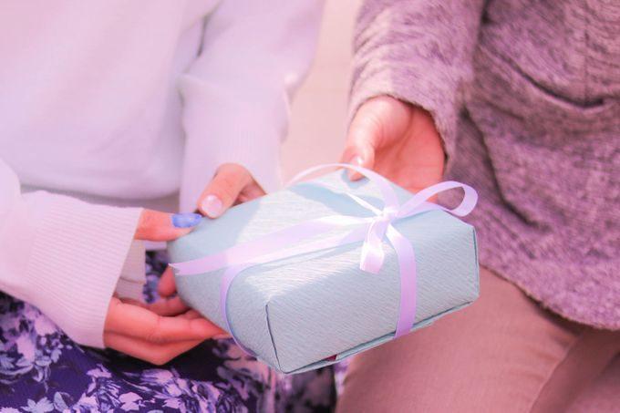 ホワイトデーのプレゼントを渡す男の子と受け取る女の子