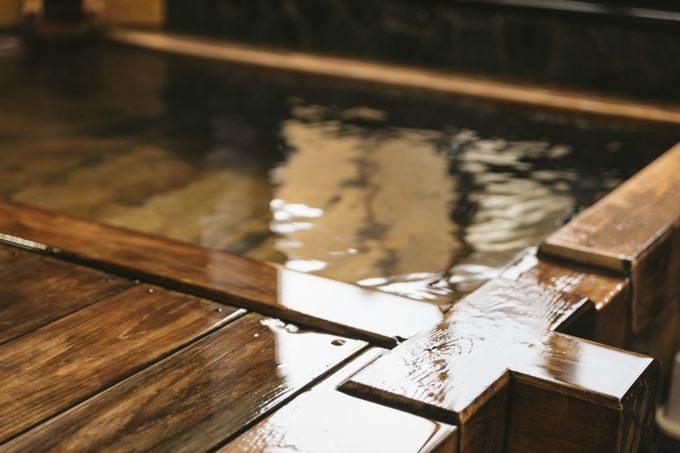 源泉かけ流しの檜風呂