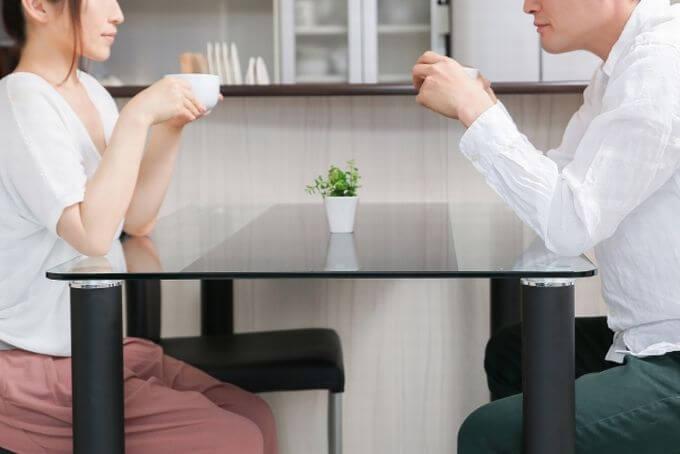 コーヒーを飲みながら会話する男女