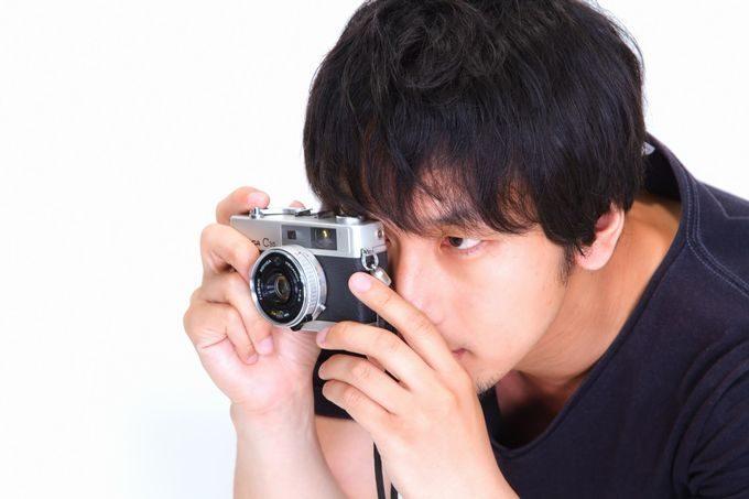 「僕は撮り逃さない」とカメラを構える男性