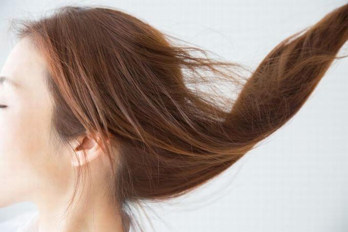 髪を揺らす女性
