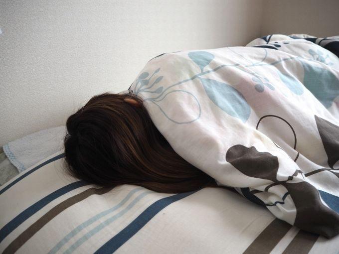寝込む女性
