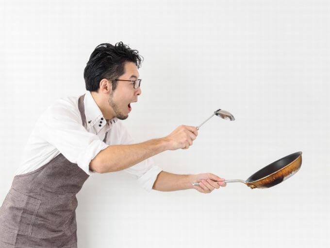 料理ができず慌てる男性のイメージ