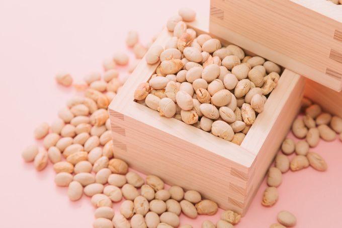 節分(枡から溢れる豆)