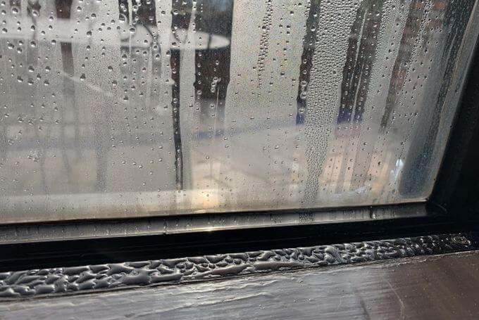 窓の結露の水