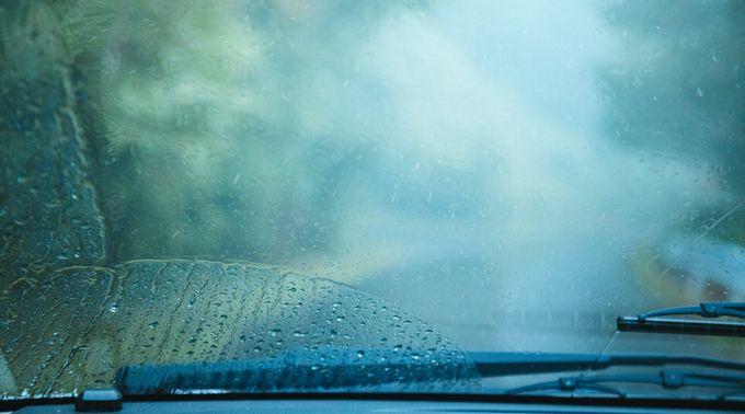 雨天時の車のフロントガラス