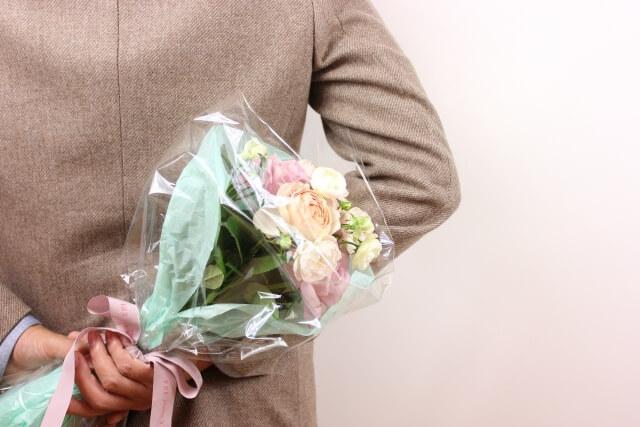 花束をもつ男性2