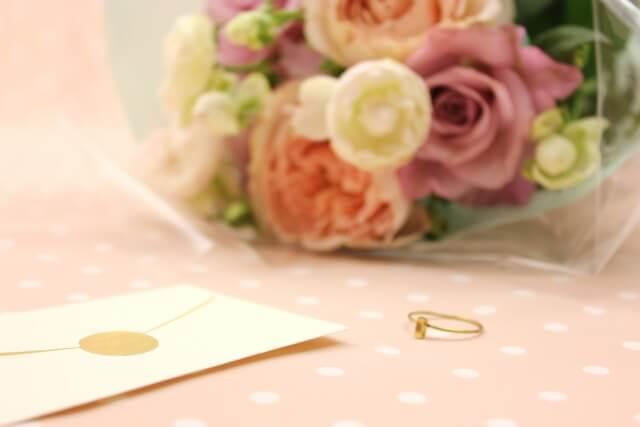 薔薇の花束と指輪と手紙