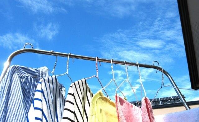 洗濯日和 青空と洗濯物